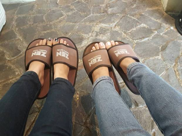Emang kebiasaan kalo jalan sama si Miul pasti suka narsisin kaki